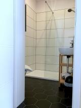 DOMEK L Biała hotelowa pościel i ręczniki, internet WiFi, drewno do kominka i parking w cenie.