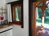 POKÓJ NR 3 Z TARASEM  W pokoju aneks kuchenny z widokiem na drzewa. Tu kawa smakuje inaczej :)