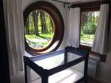 POKÓJ NR 2. W drugim pokoju z okrągłym oknem sofa i możliwość wstawienia łóżeczka dziecięcego.