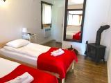 POKÓJ NR 1 Z KOZĄ      Biała hotelowa pościel i ręczniki, drewno do kominka, WiFi i parking w cenie.